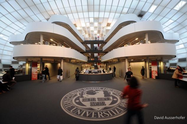Die Philologische Bibliothek  der Freien Universität Berlin. Der Sammlungsschwerpunkt liegt auf den Philologien. Das Bibliotheksgebäude wurde von Norman Foster entworfen und 2005 eröffnet